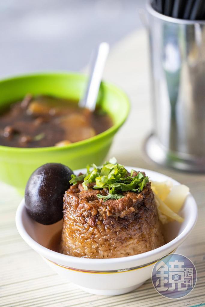 「筒仔米糕」(40元/份)搭配「排骨酥湯」(55元/份 )是高雄「北港蔡三代筒仔米糕 」的標配小吃。