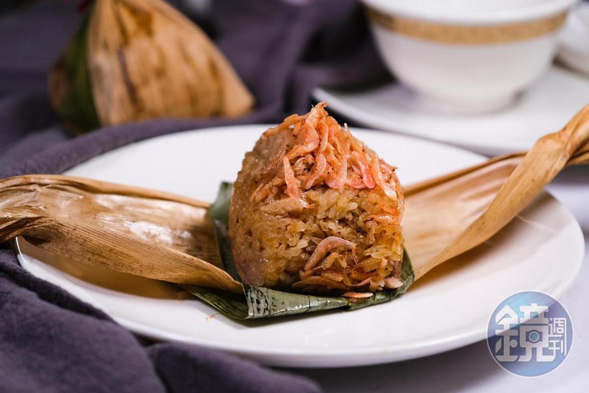 米糕中炒入竹筍、櫻花蝦和芋頭的「竹筍櫻蝦芋香糕」,還帶著竹葉香氣。(2,500元桌菜菜色)