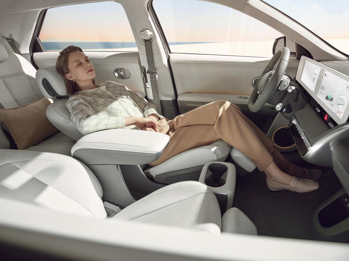 Large-45005-HyundaiIONIQ5RedefinesElectricMobilityLifestyle.jpg