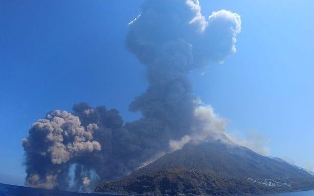Alarmed tourists watch huge volcanic eruption on Italys Stromboli island