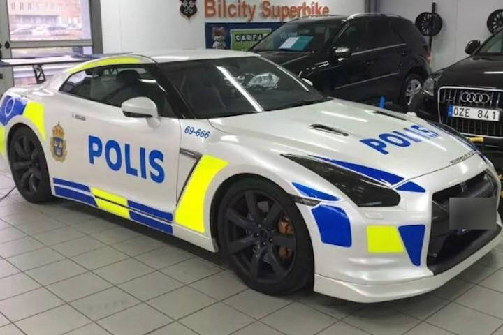 a nissan gt r police car is on the loose. Black Bedroom Furniture Sets. Home Design Ideas