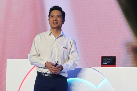 Difficulties on the road to AI: man pours water on Baidu chief at conference