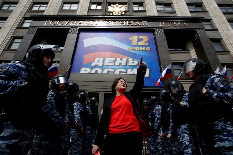 Kremlin critic calls for protest against Putins constitutional reforms