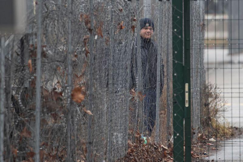 Warning shots fired as migrants rush Serbias border with Hungary