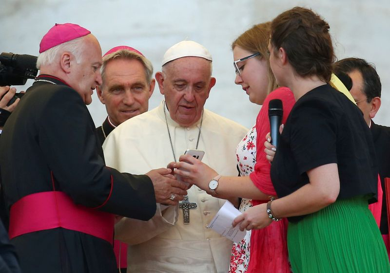 Put away phones at mealtimes and talk to each other, says pope