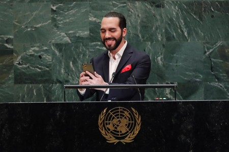 Just a second, please: El Salvador presidents U.N. selfie eclipses speech
