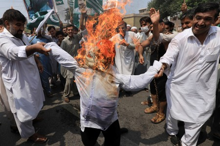 Pakistan PM leads demonstration on Kashmir in bid to win over world opinion