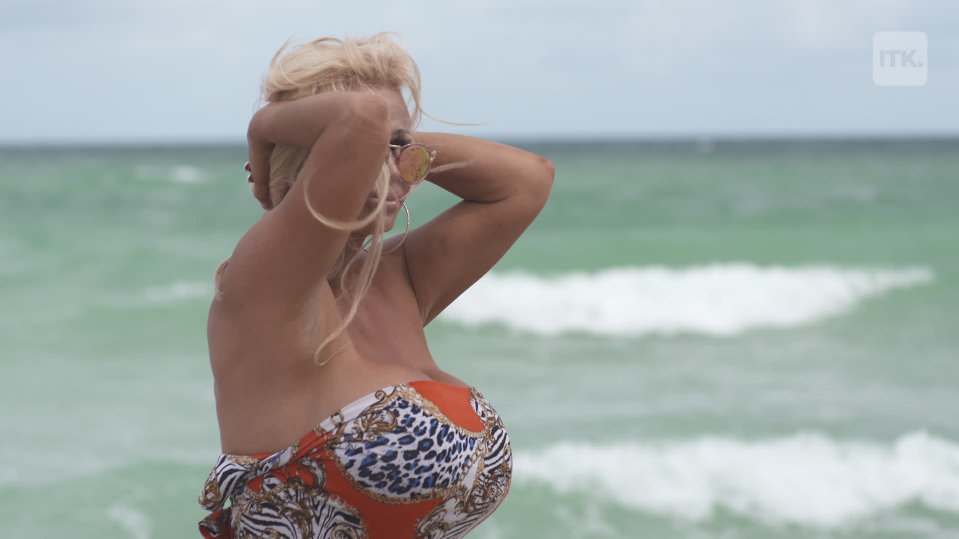 foto de This woman as triple Q breast implants [Video]