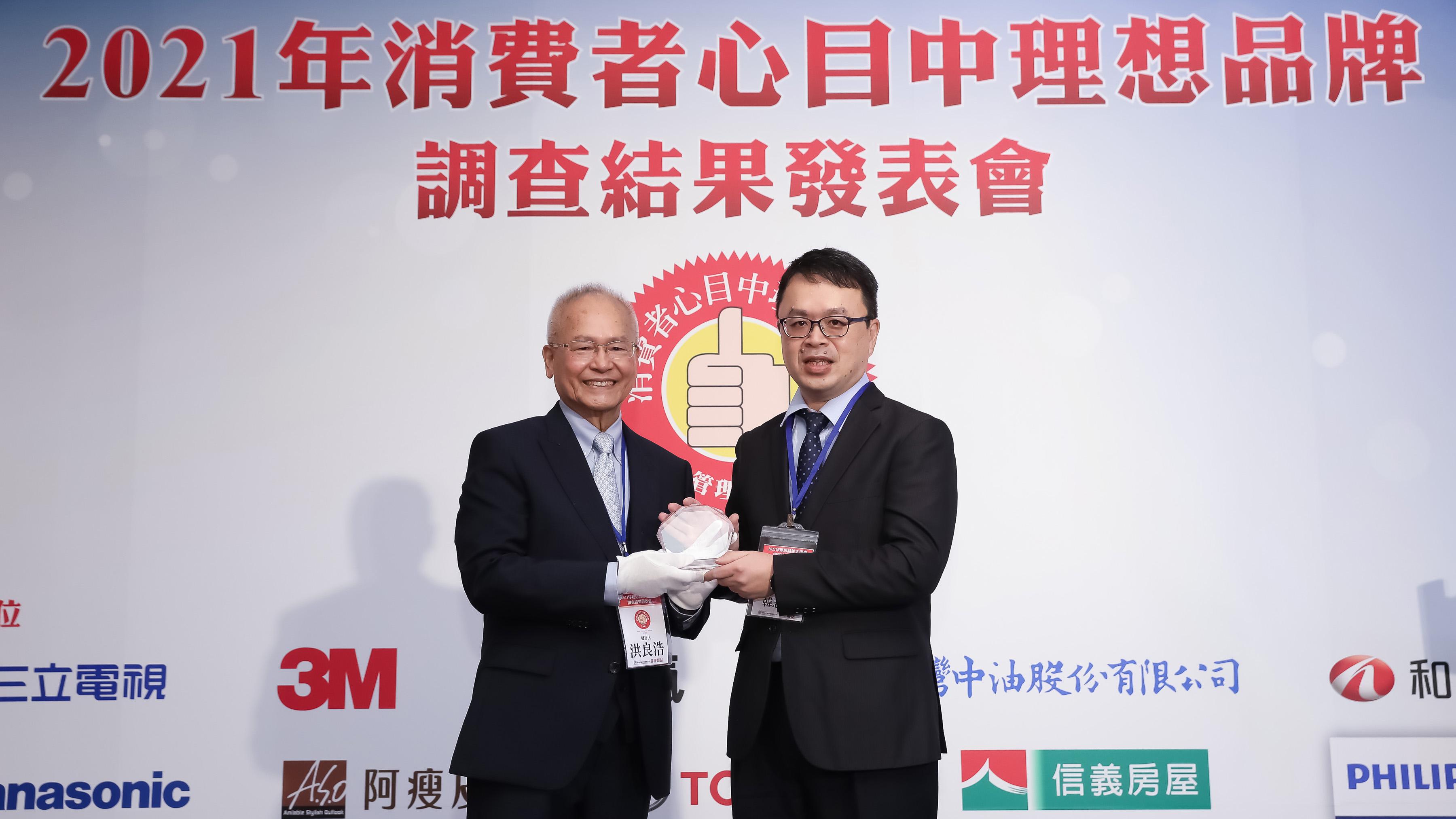 《管理雜誌》發行人洪良浩(左)頒發「消費者心目中理想品牌第一名」獎項予和泰汽車 Toyota 車輛部部長韓志剛(右)。