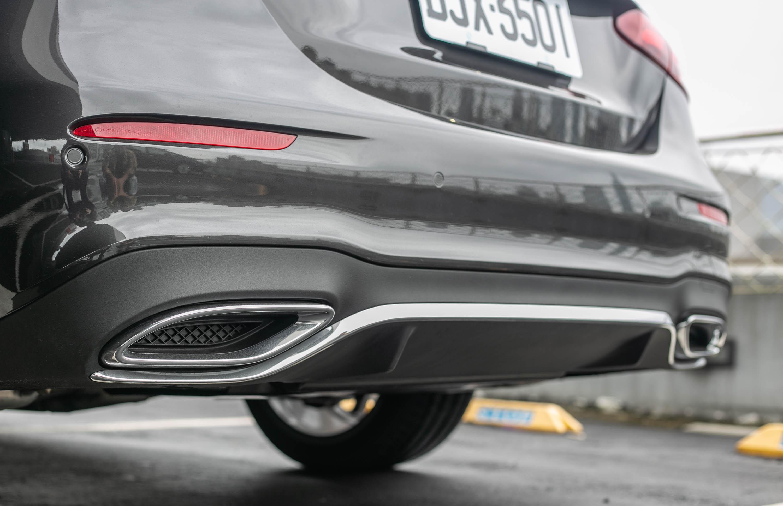 整合於後保桿內的排氣尾飾管,並無與排氣尾管相接。