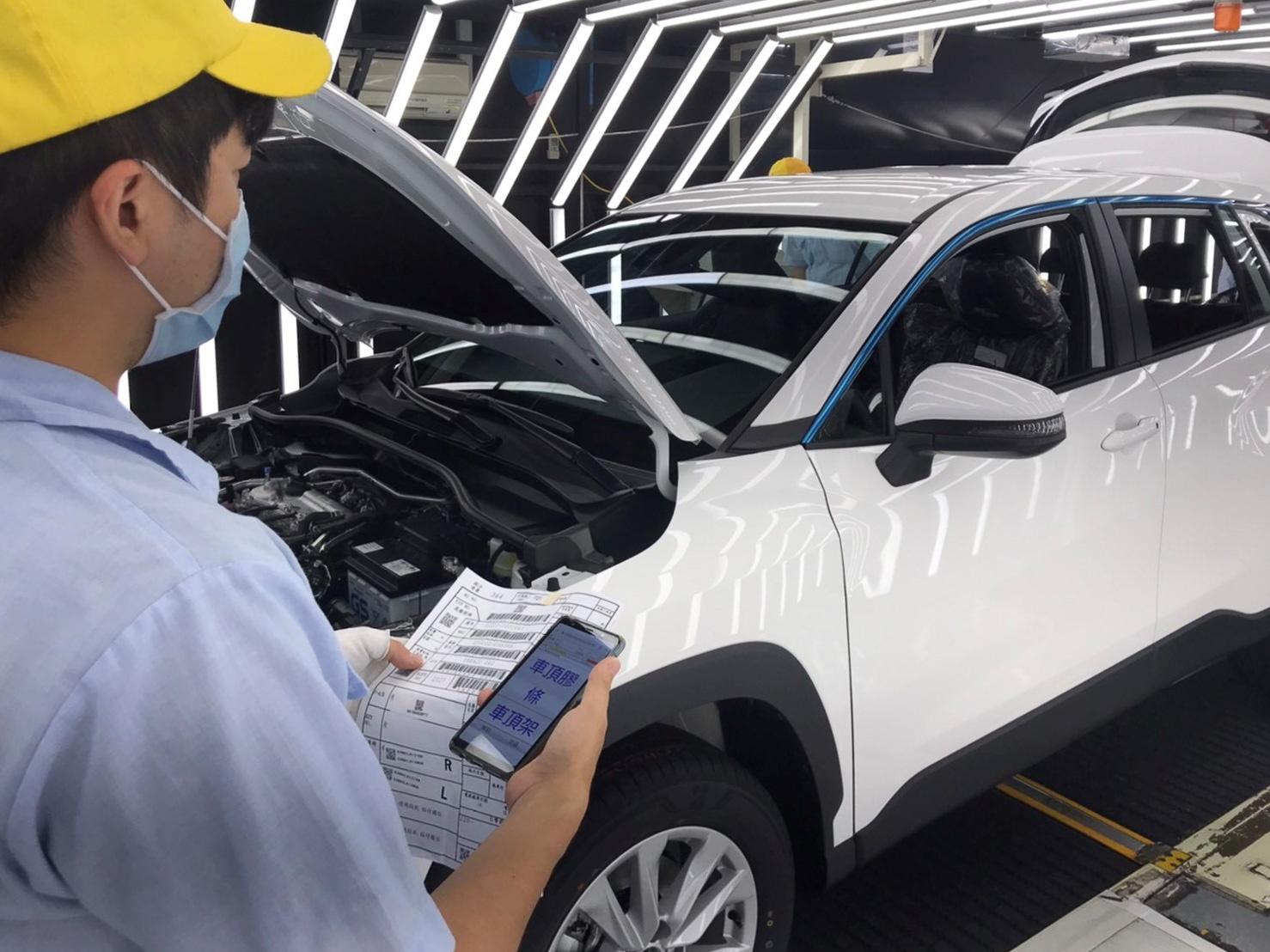 國瑞汽車自主開發的檢驗系統可將所有檢查項目 IT 化,檢查人員可以透過照片與實際車輛的比對方是,迅速找出組裝缺失。