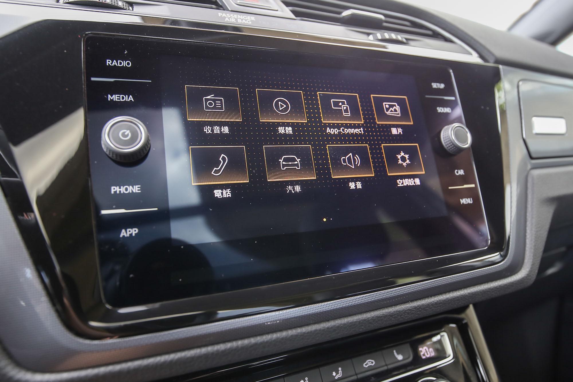 車系標配 8 吋多媒體鏡面觸控主機,並有多媒體手機鏡射功能。