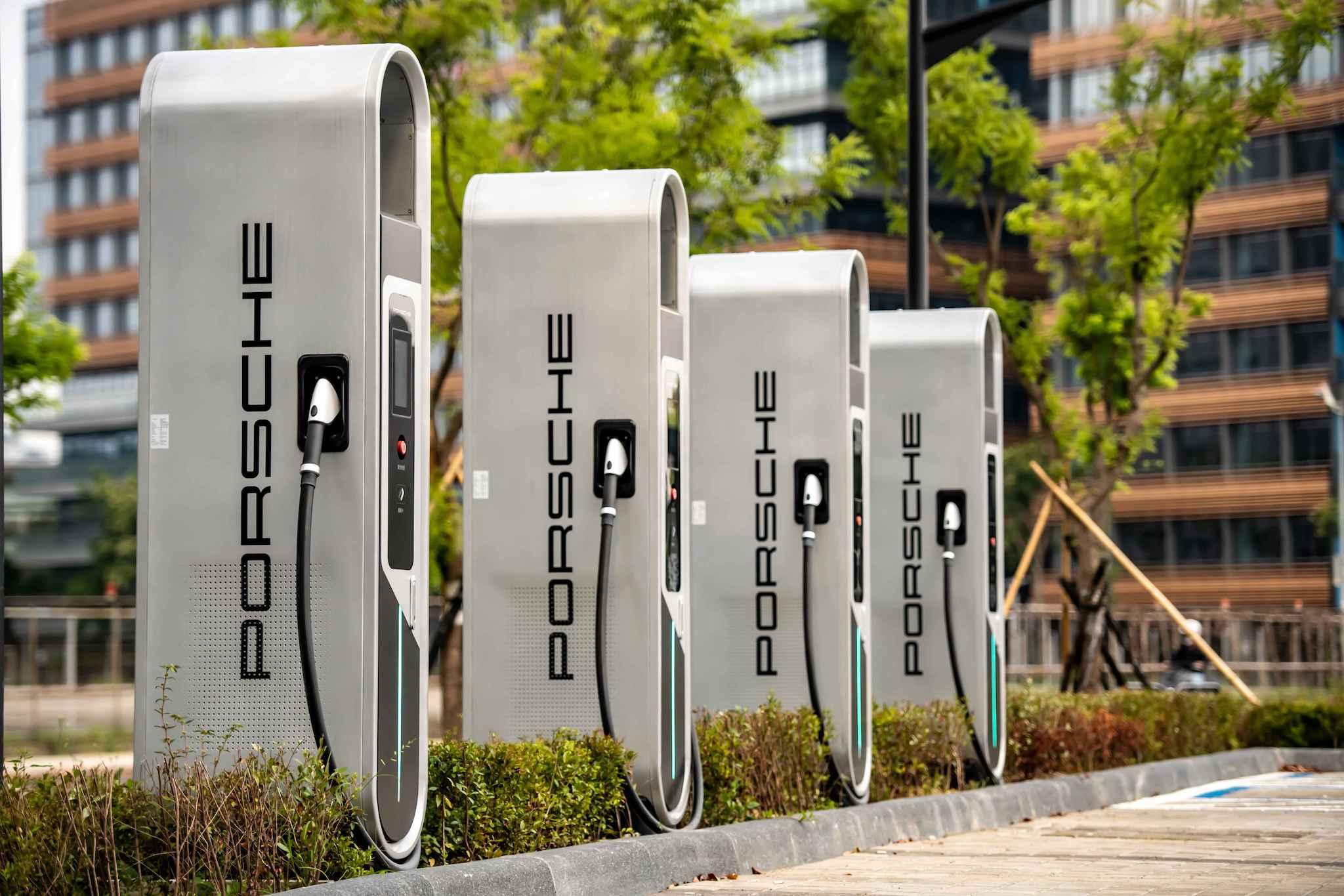 全新台北保時捷中心為保時捷全台充電網絡佈局的站點之一,率先設置全台首四座保時捷Porsche Turbo Charging高速充電樁。