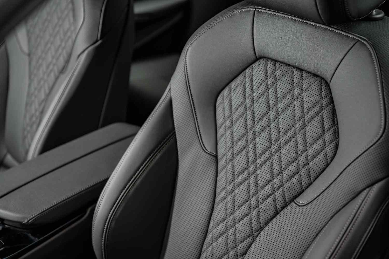 全新 BMW 520i M Sport 標準配備 Sensatec 2.0 皮質包覆並加入椅背透氣孔設計,觸感更為柔軟、舒適,雙前座更搭配細膩縫線織成菱格紋。