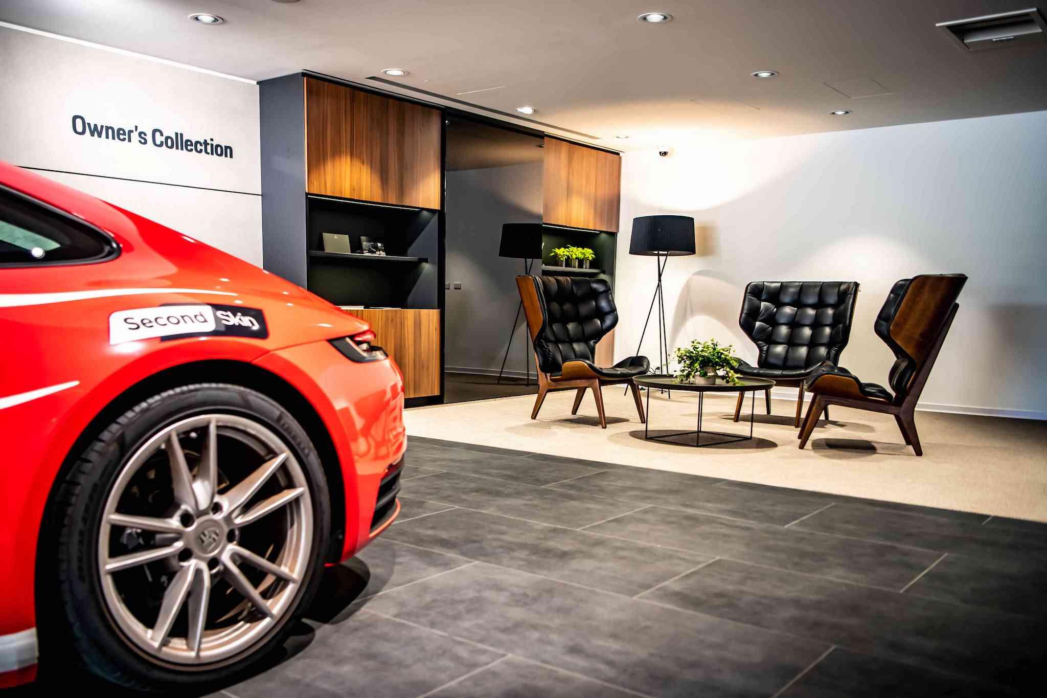 全新台北保時捷中心特別規劃專屬交車區域「Owner's Collection」,依據不同車款安排兩種不同風格的獨特交車空間。