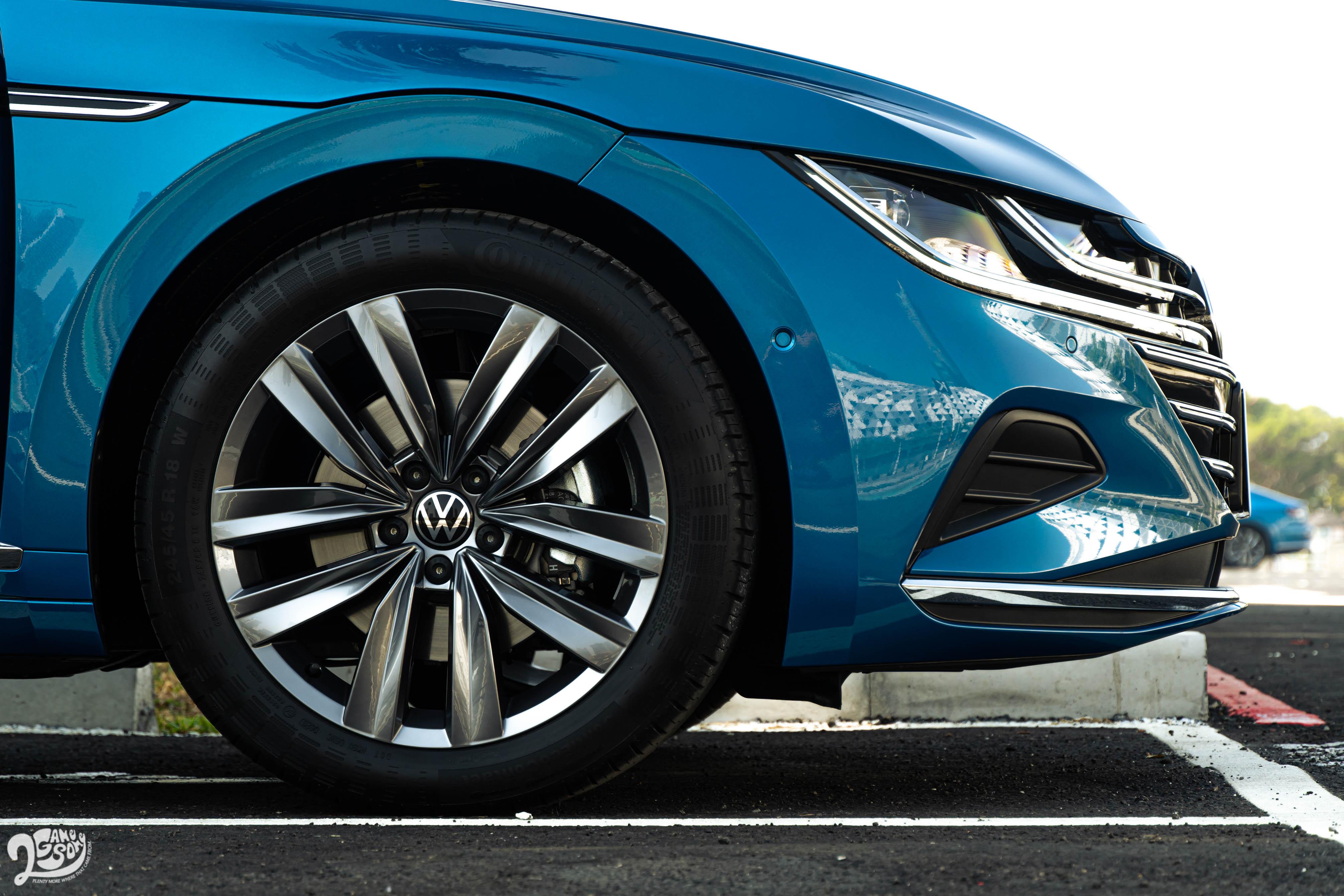 Elegance Premium 車型配備 18 吋輪圈,搭配 245/45R18 輪胎尺碼,並使用動態輪圈中心蓋,讓廠徽始終維持正向。