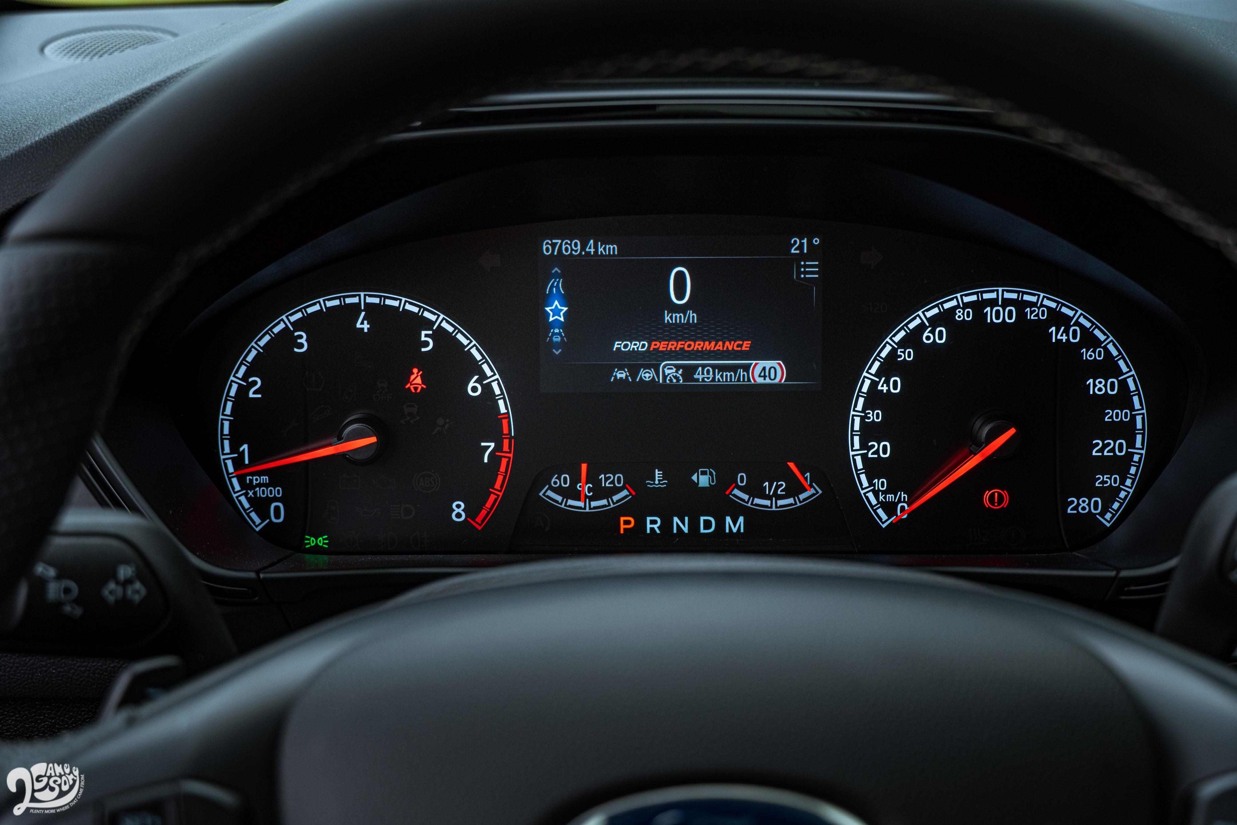 試駕車搭載雙環式儀表搭配中央液晶螢幕,不過 20.75 年式全面標配 12.3吋全彩液晶智慧多功能儀表。