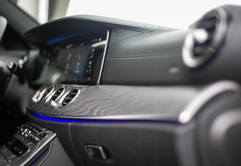 霧面灰色梣木飾板將車內科技與豪華氛圍做了極佳的調和。