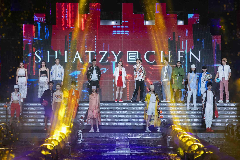 ESO 瘦子開場獻唱,為《2020臺北時裝週》壓軸時尚秀揭開序幕。
