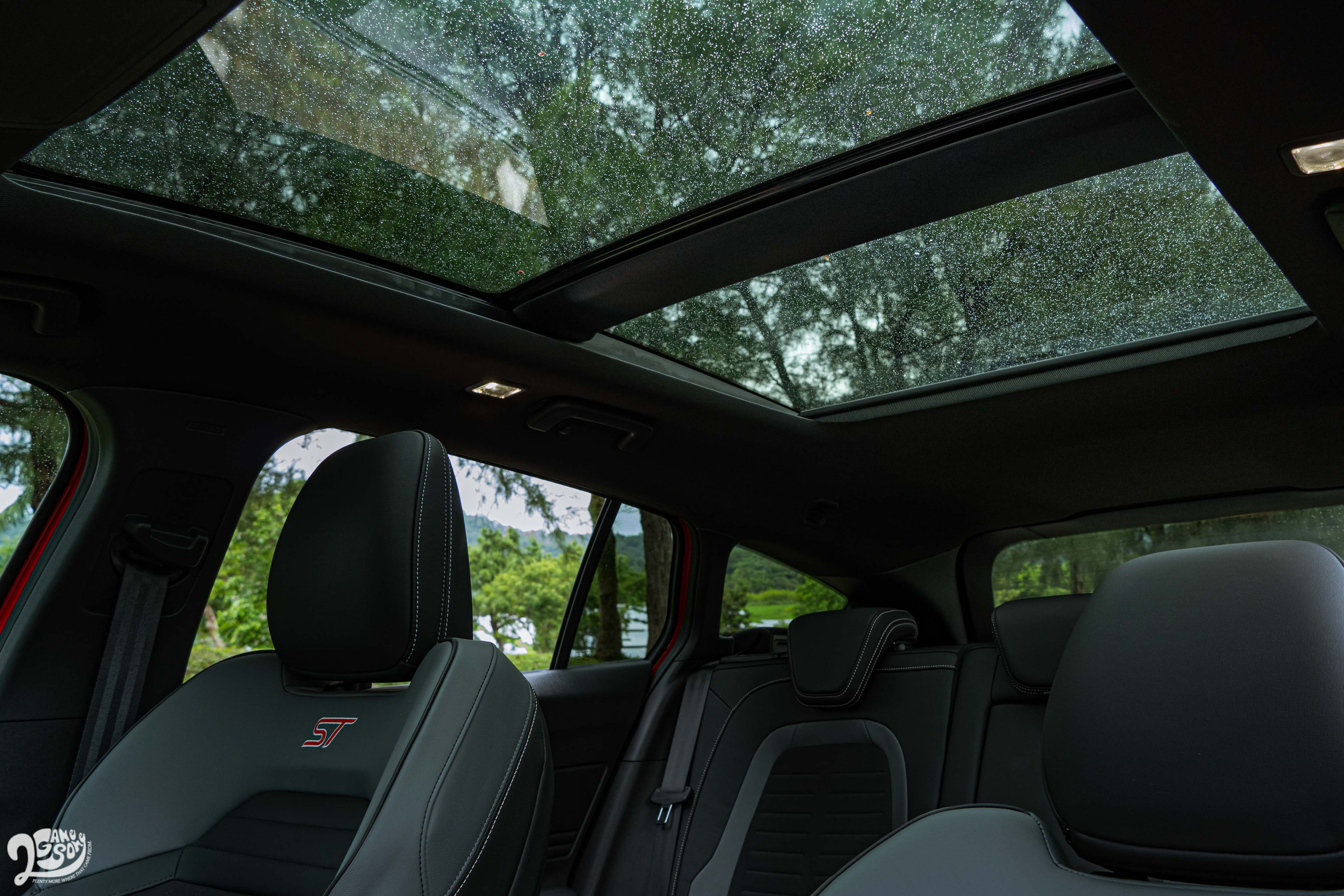 標配全景電動式天窗。
