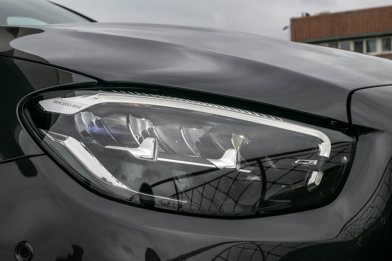 配備標準型 LED 頭燈,可額外選配多光束智慧型 LED 頭燈。