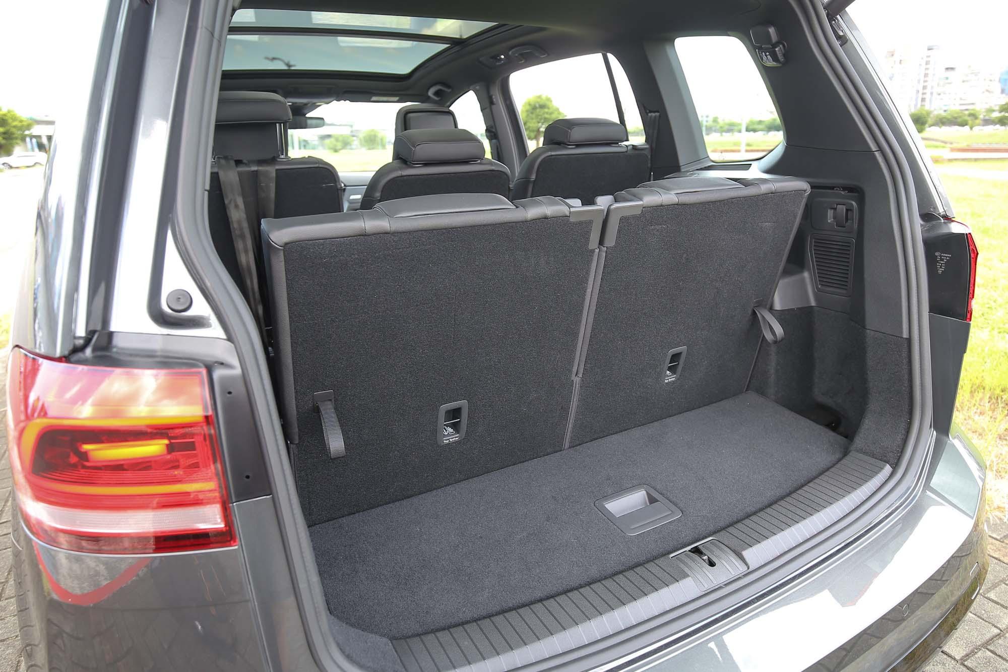 七人乘坐時後方置物容積為 137 公升。