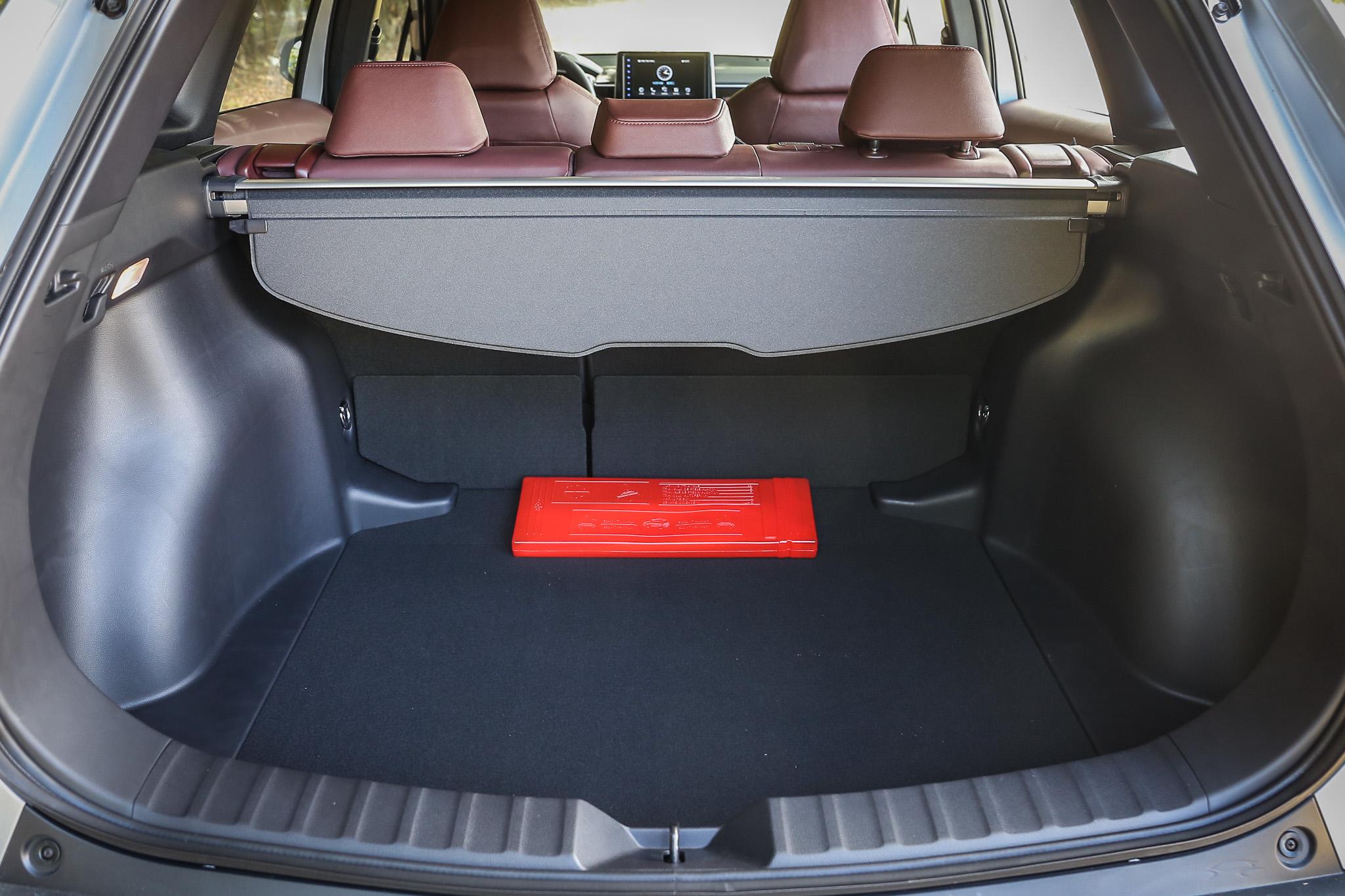 標準乘坐高達 487 公升的後廂容積,是取消備胎空間與下方扭力樑配置所共同努力的結果。