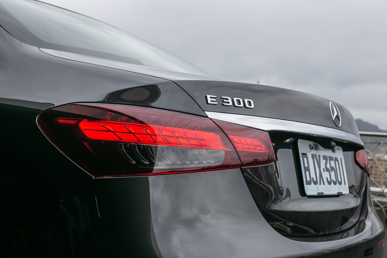 從過去直立式改為橫式設計的尾燈,也是此次 E-Class 外觀改款的重點之一。