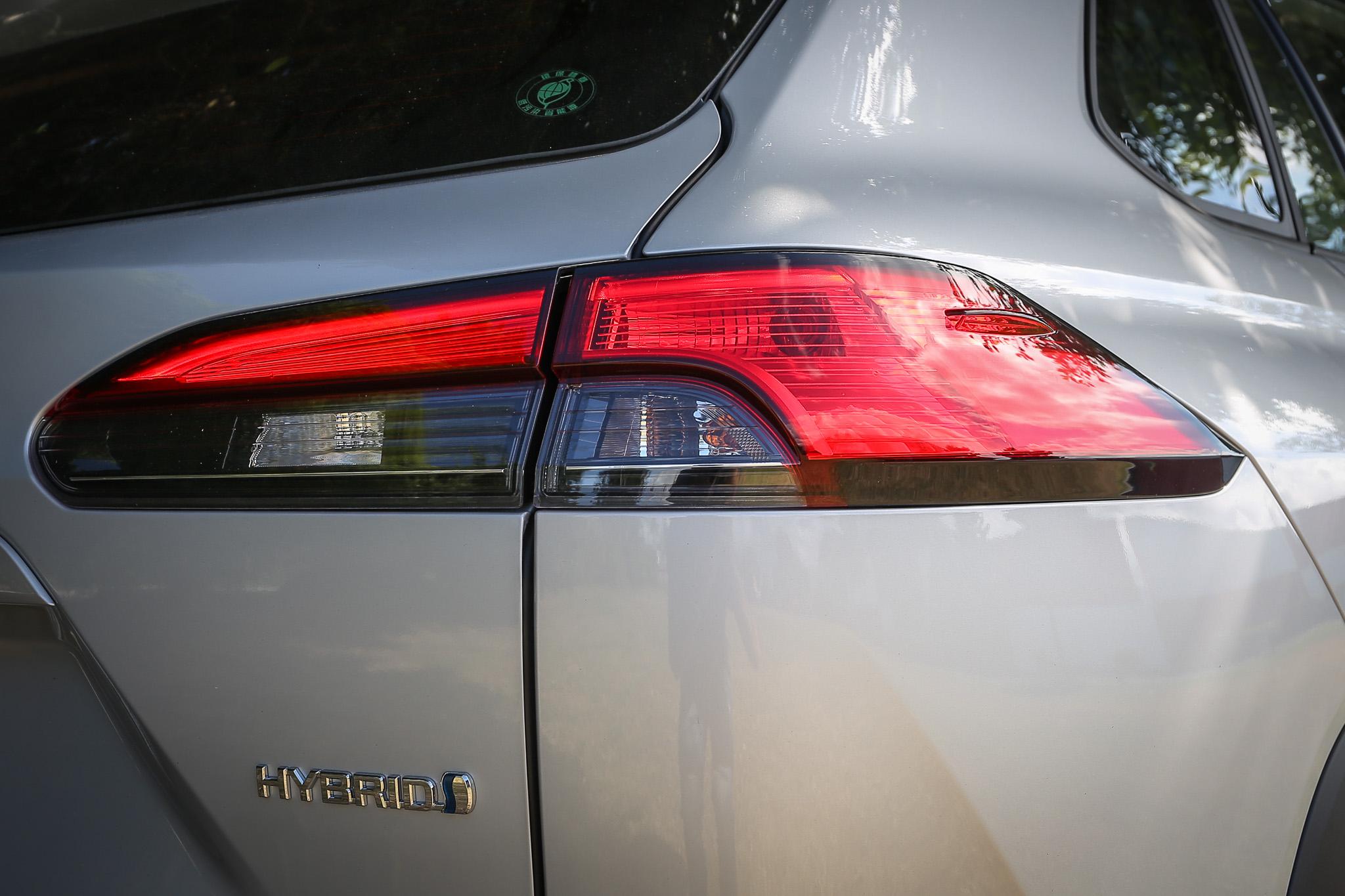標配 LED 尾燈,但高階車款才有光條式設計。