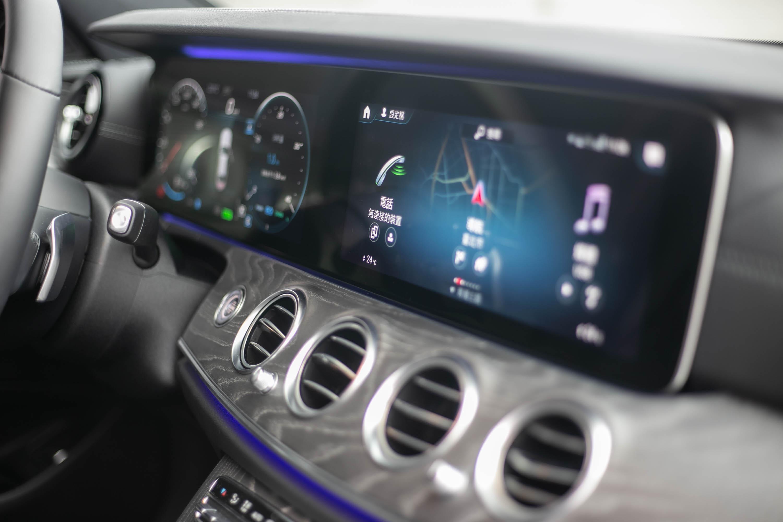 雙 12.3 吋螢幕提供了相當清晰的資訊內容,操作邏輯也簡單易懂。