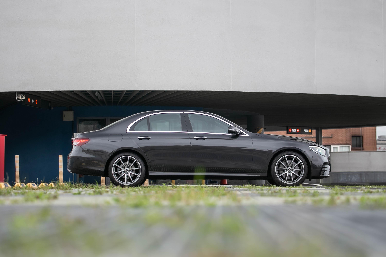 試駕車款為 Mercedes-Benz E300 運動版,建議售價為新台幣 332 萬元起。