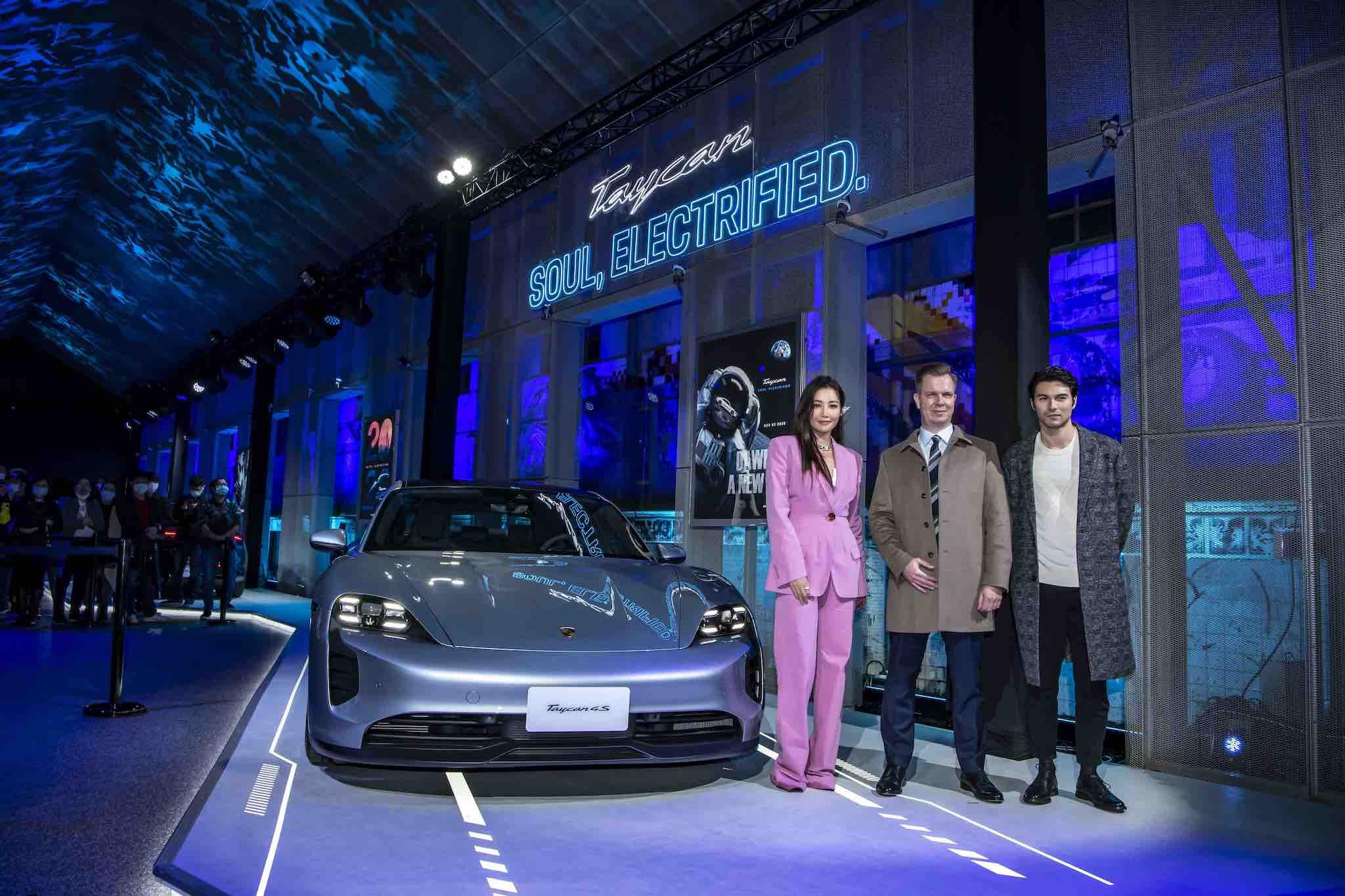 跑車大明星嘉賓也前來共襄盛舉Porsche Taycan上市發表會。左起A-Lin、台灣保時捷總裁Mathias Busse、鳳小岳。