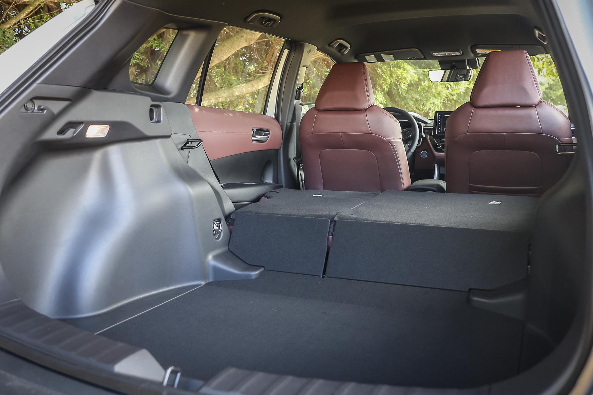 由於捨棄備胎空間,因此當後座椅背傾倒時,會有如此明顯的平整度落差。