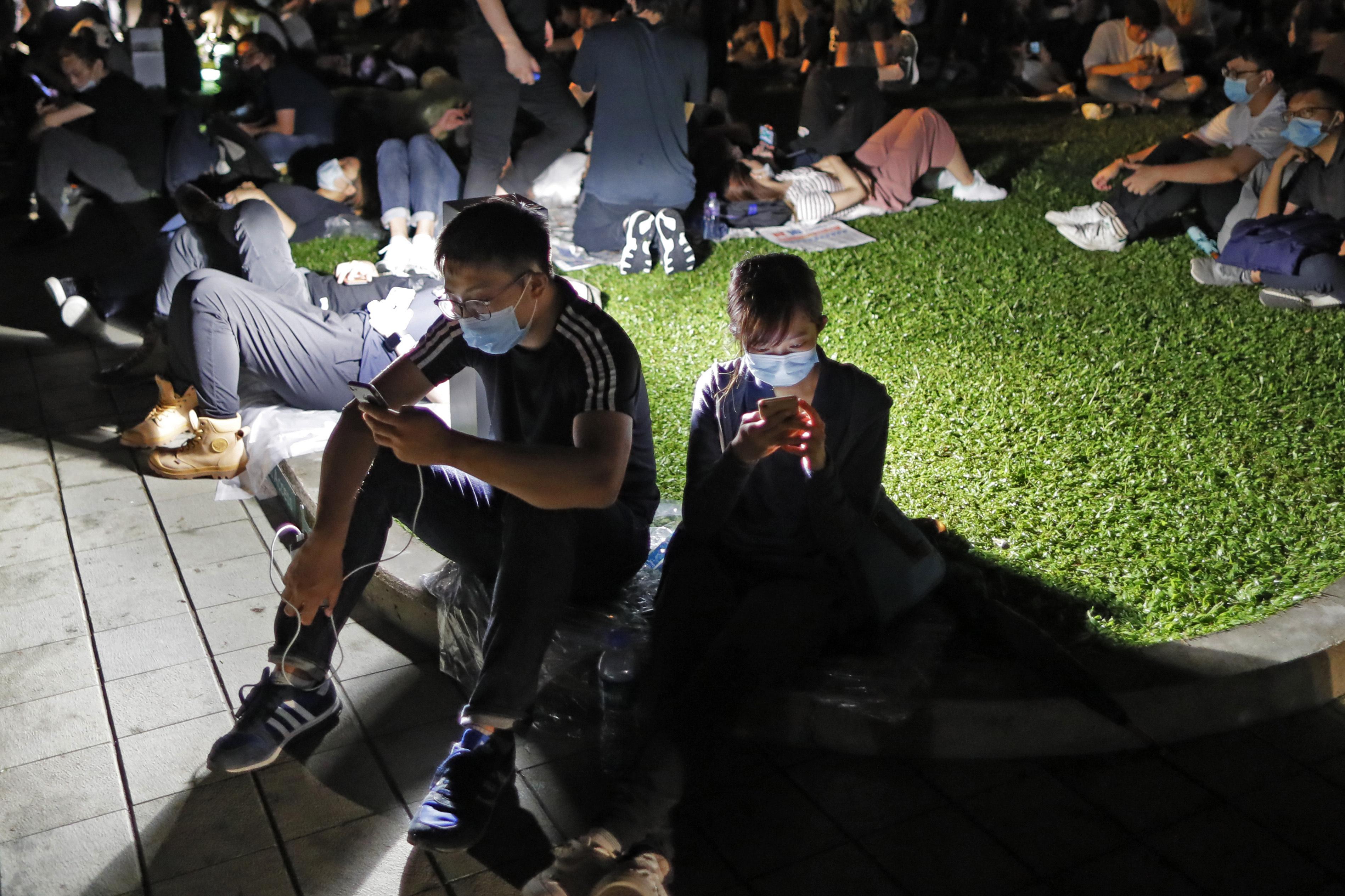 Hong Kong protesters use signals, Post-its to hone skills
