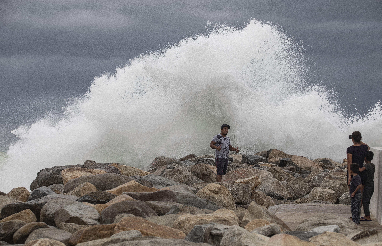 Lorena spares Los Cabos, heads up coast of Mexicos Baja