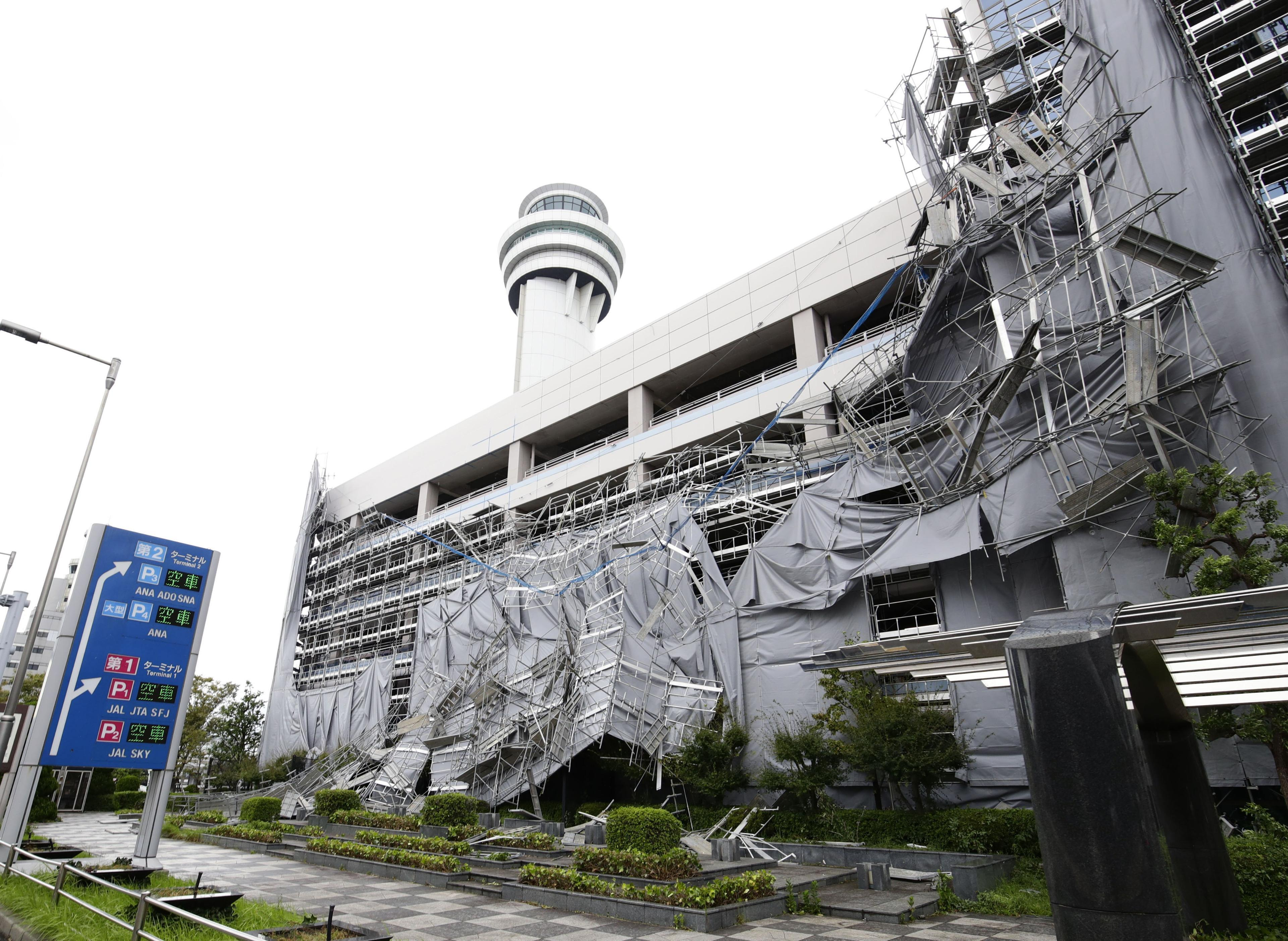 Typhoon blows across Tokyo area, killing 1, halting travel