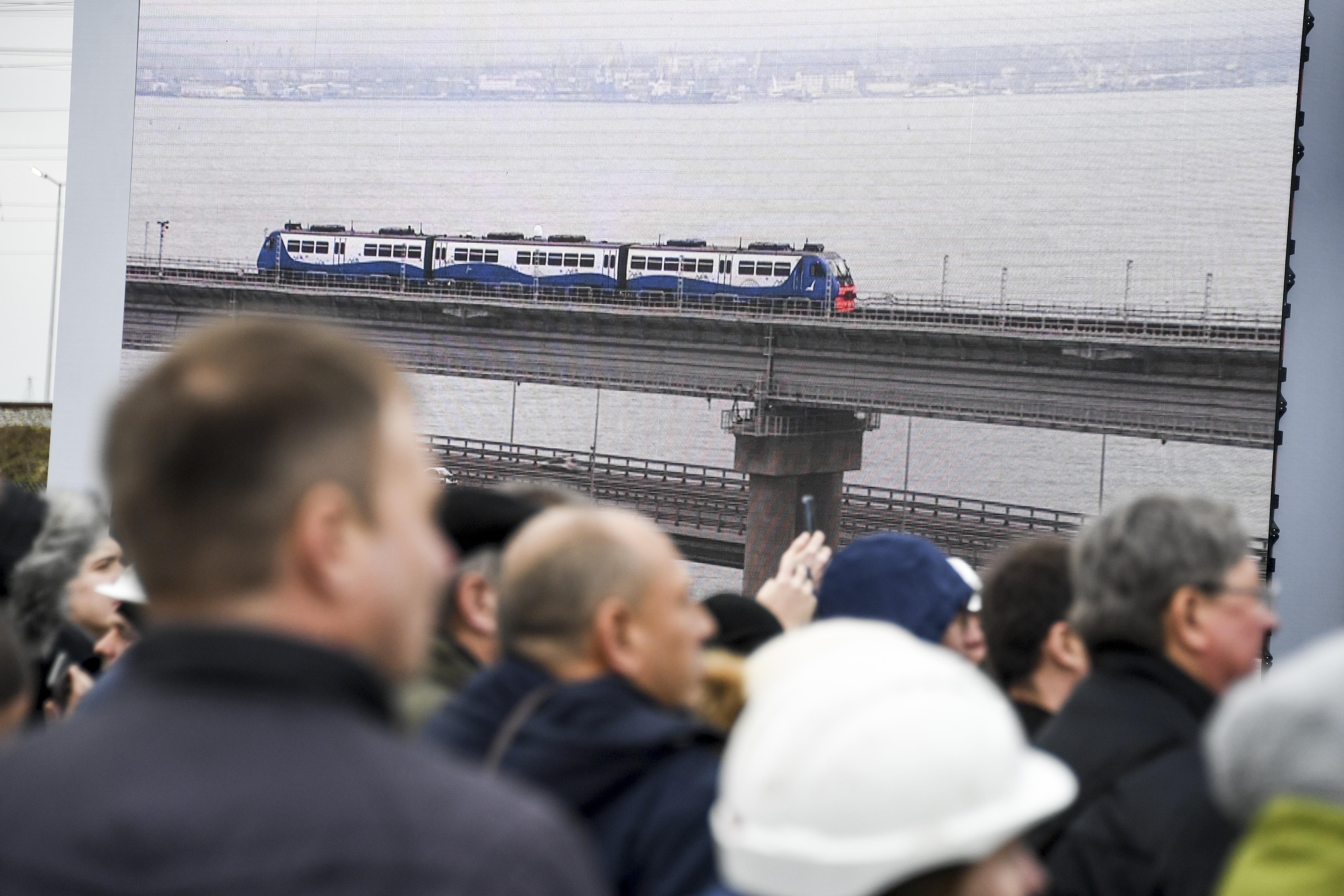 Putin opens railway bridge to Crimea