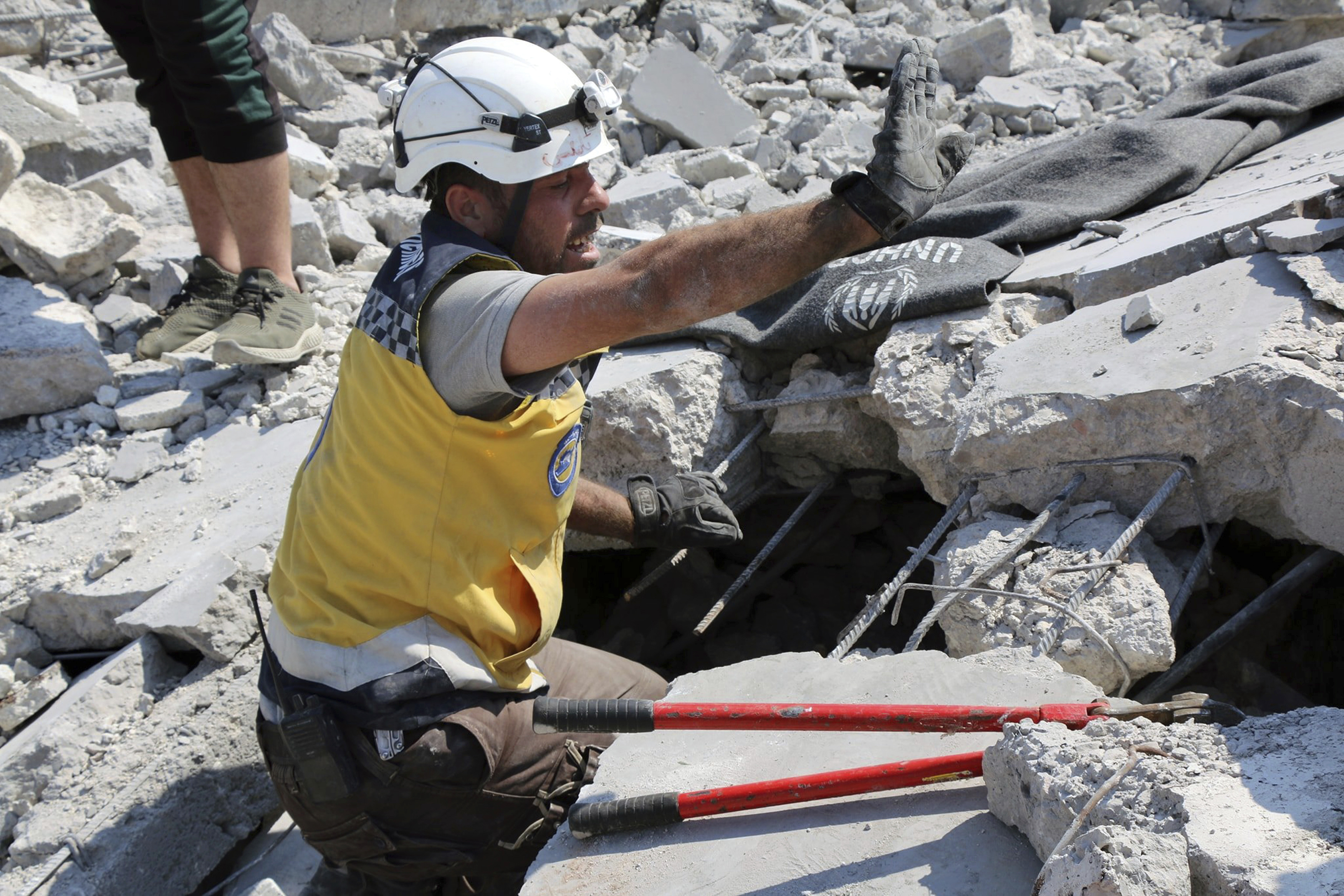 Airstrikes in Syrian rebel stronghold kills family of 7