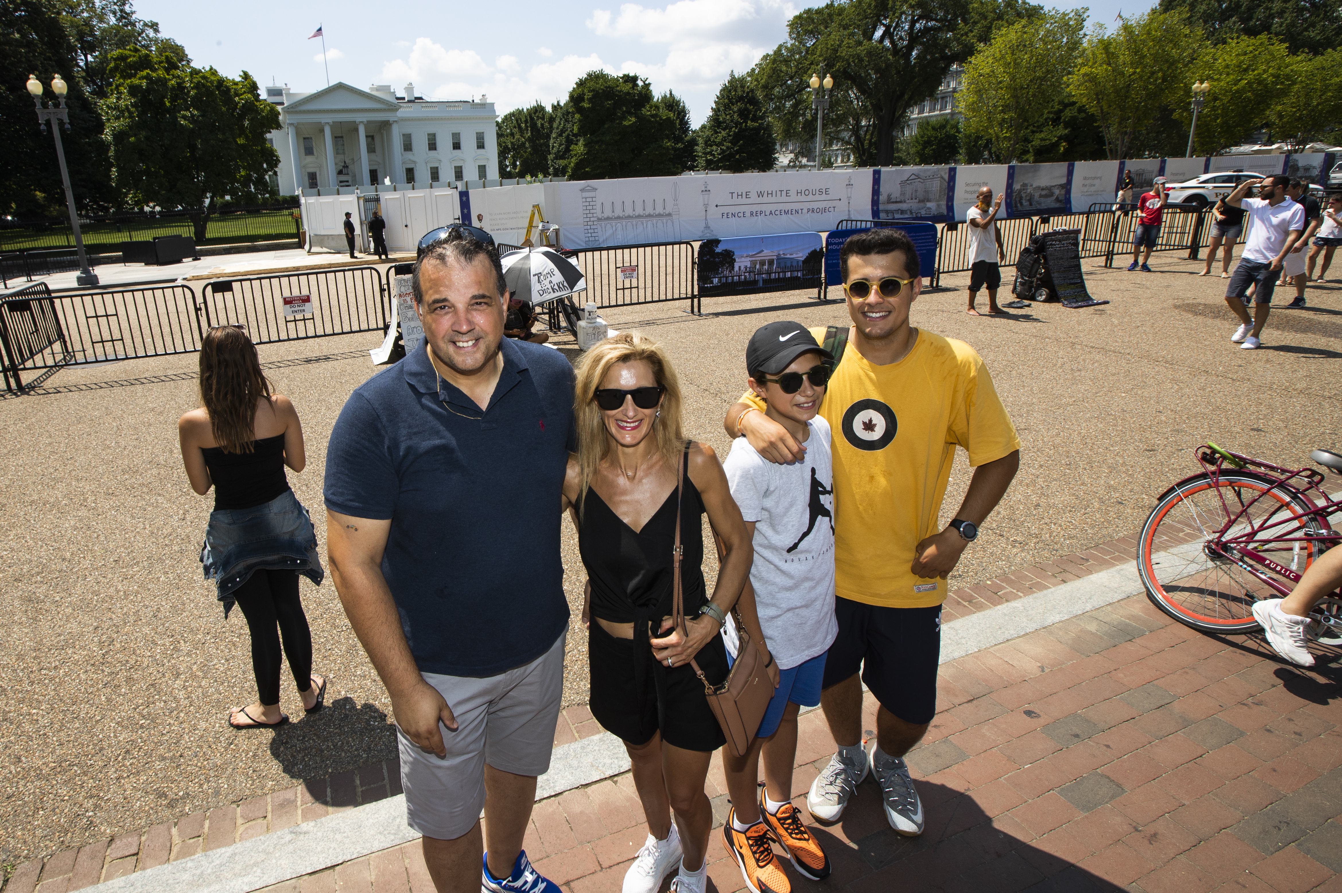 White House fence project obscures tourists view