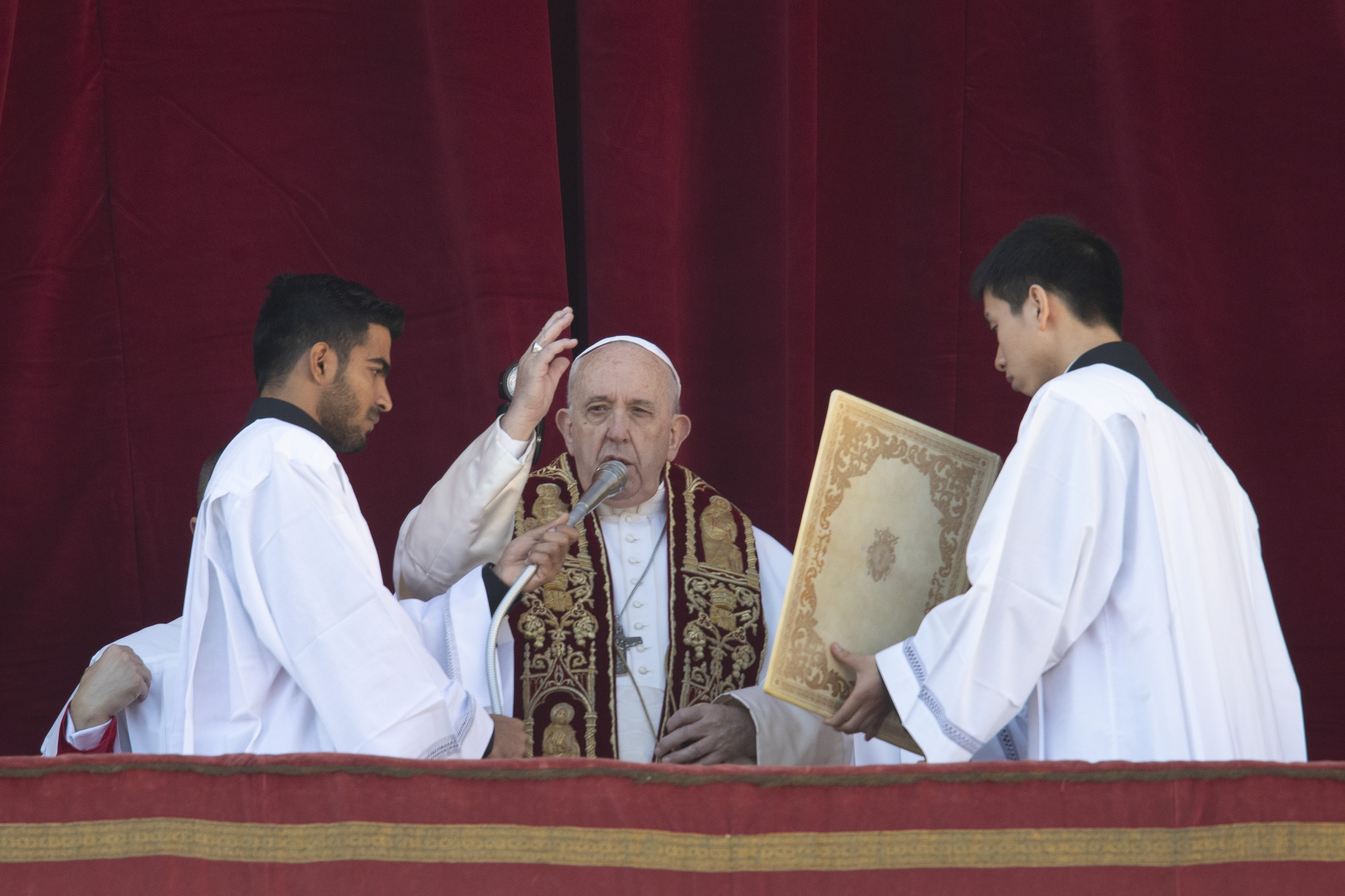 Pope offers hope against darkness in Christmas Day message