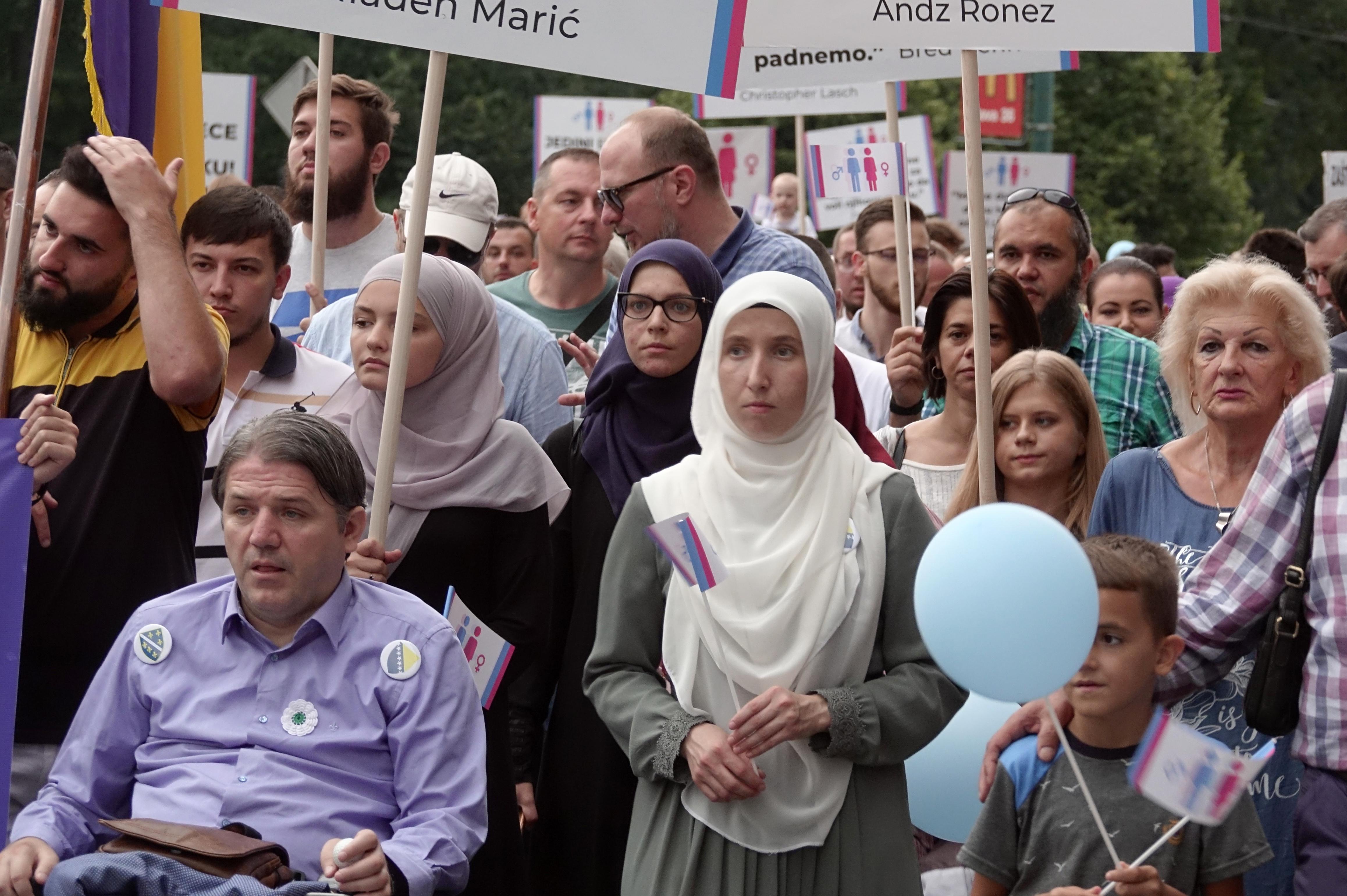 Hundreds march against Bosnias first LGBT pride parade