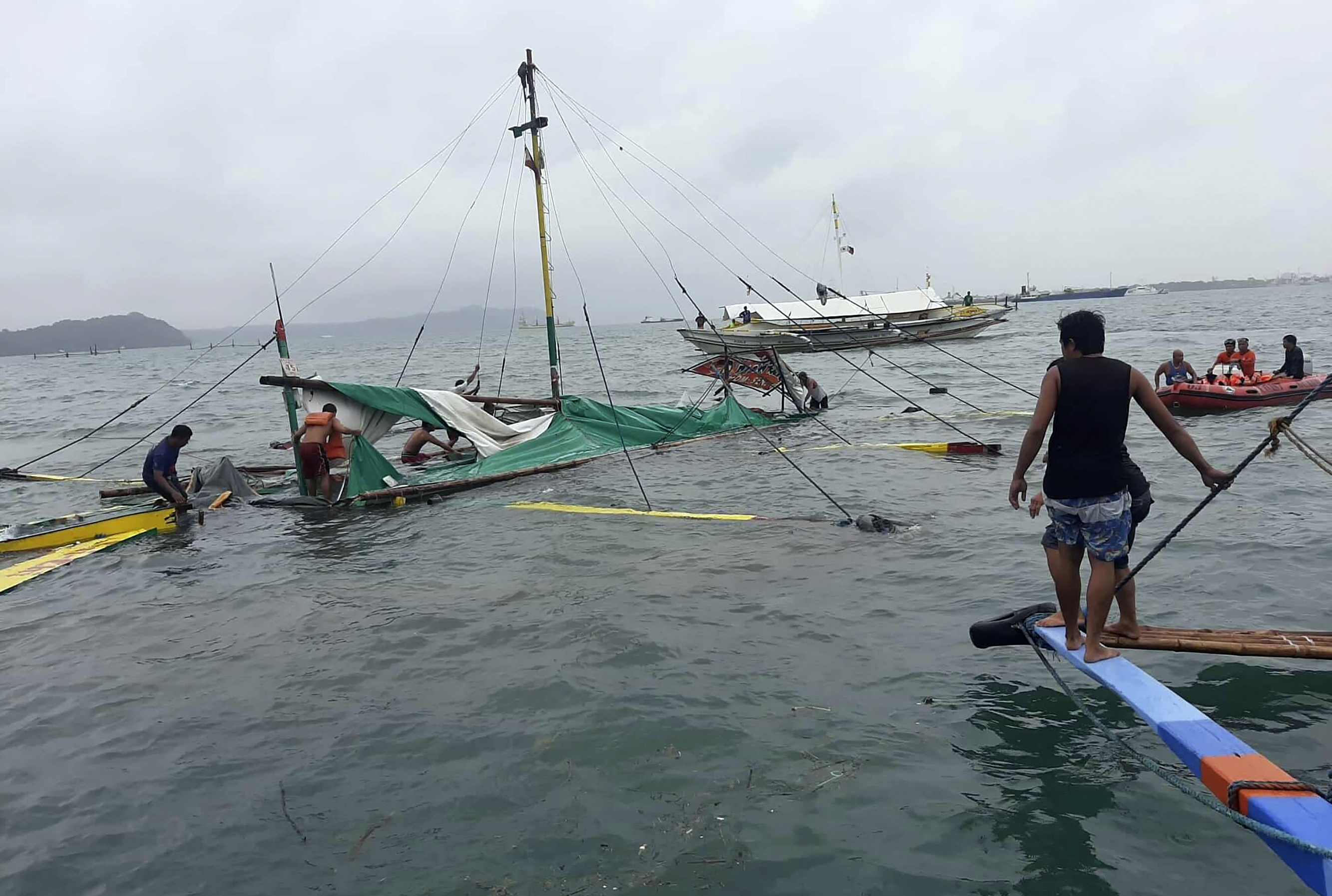 7 dead, 31 rescued after boats capsize in Philippines