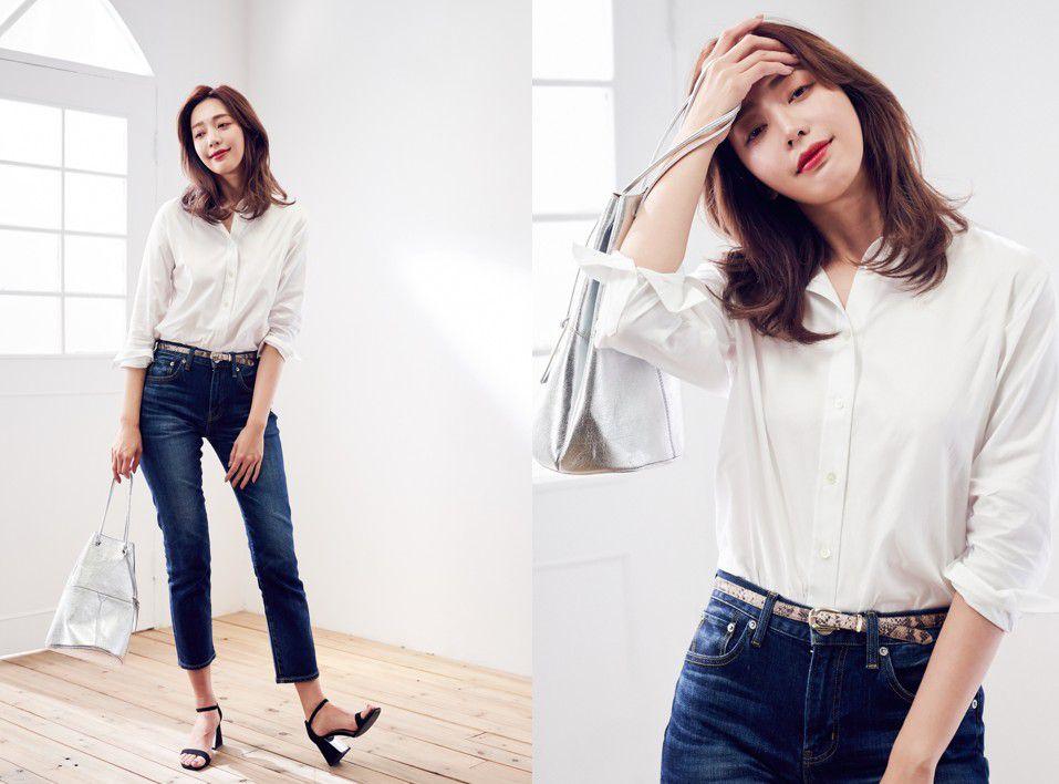 白襯衫、丹寧窄管褲、銀色亮面提包、蛇紋皮帶、繫帶高跟涼鞋by 23區。