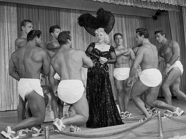 即使到了晚年,Mae West依舊不改初衷,勇敢挑戰性感主題。