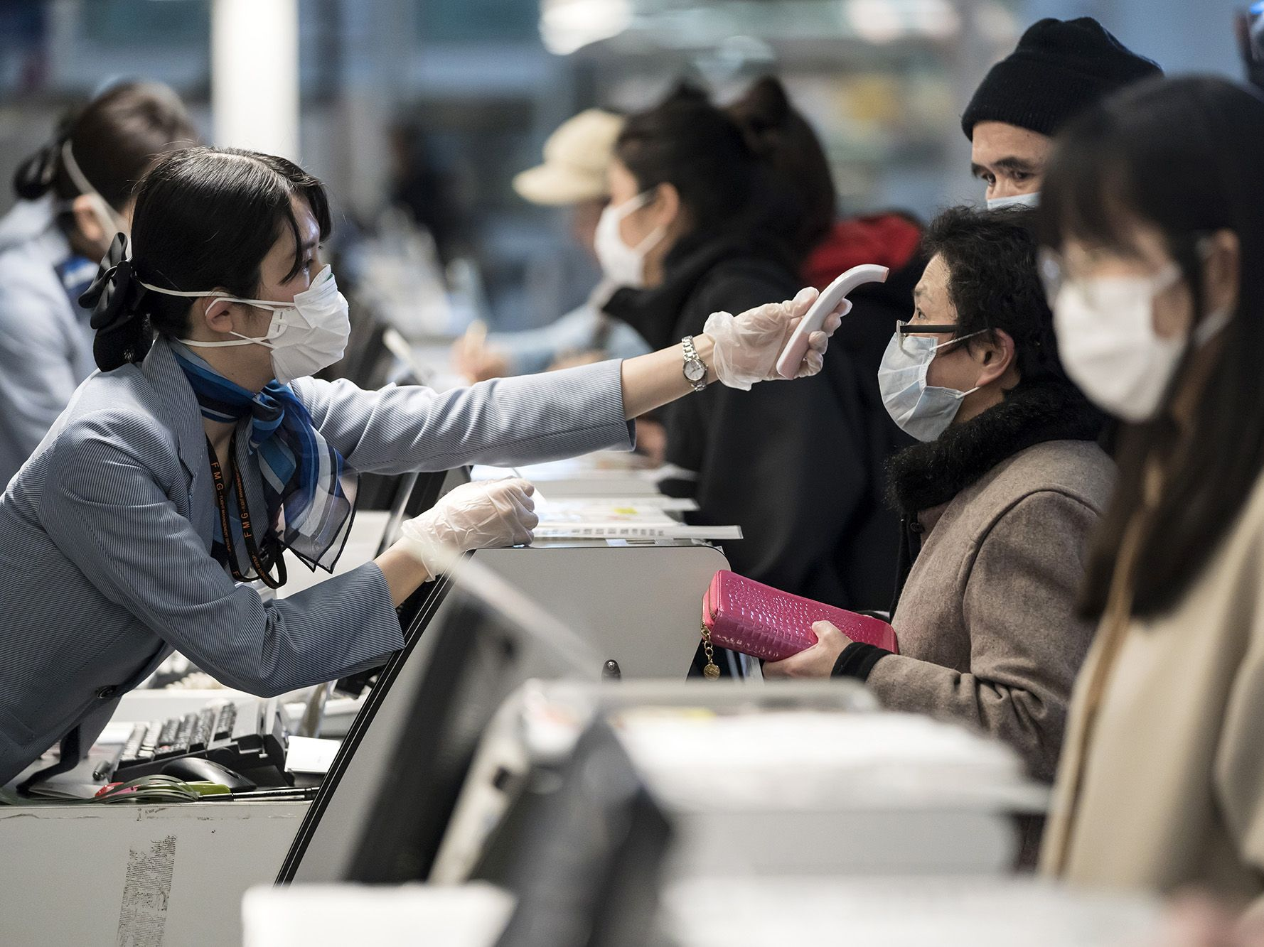 Virus Surge in Japan Risks Undoing Abe's Efforts to Woo China