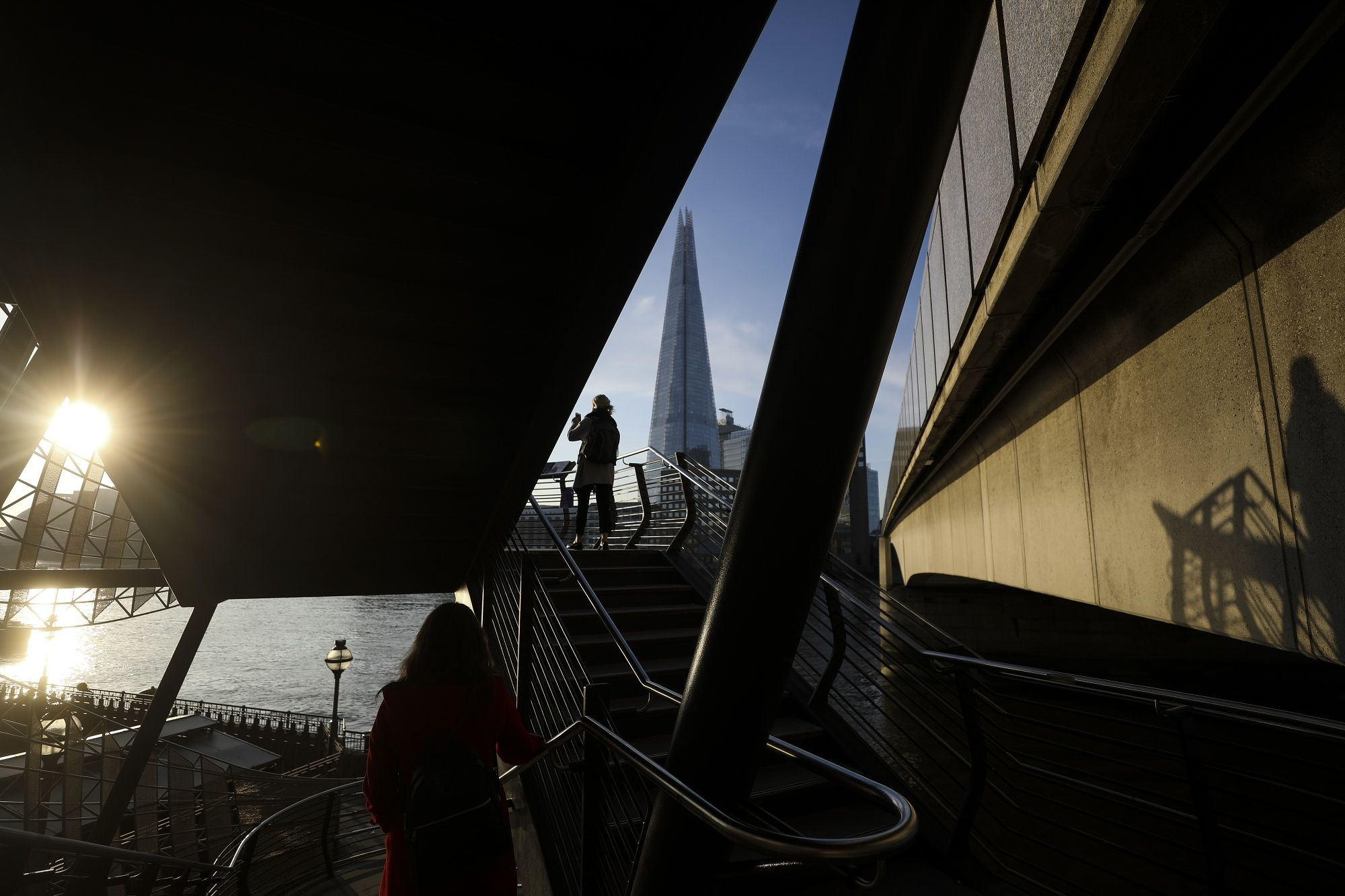 U.K. Economy Unexpectedly Shrinks Amid BOE Rate-Cut Debate