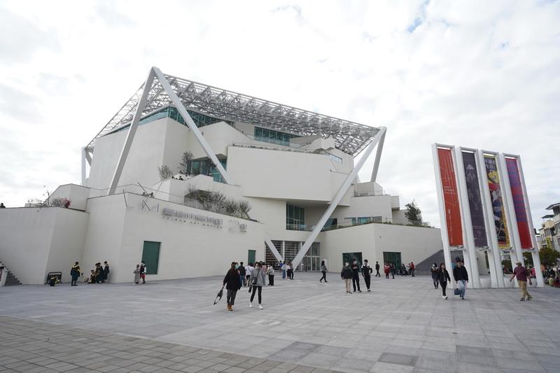 台南第二美術館以五角形作為結構主體並輔以白色作為主色調,賦予建築物清新高雅的視覺印象