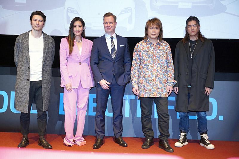 跑車大明星嘉賓也前來共襄盛舉Porsche Taycan上市發表會。台灣保時捷總裁Mathias Busse、左邊站著搖滾之神伍佰以及跑車大明星製作人B2;右方則是天生歌姬A-Lin、魅力男神鳳小岳。