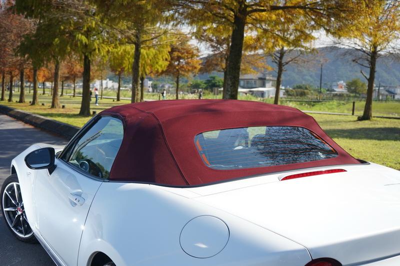 MX-5百週年紀念款在熟悉的外觀下以曜雪白車色搭配酒紅色車頂篷