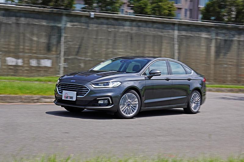 精準俐落地指向性與優異地操控底子,讓這部車長近五米的房車,有著不輸部分中型房車的敏捷性。